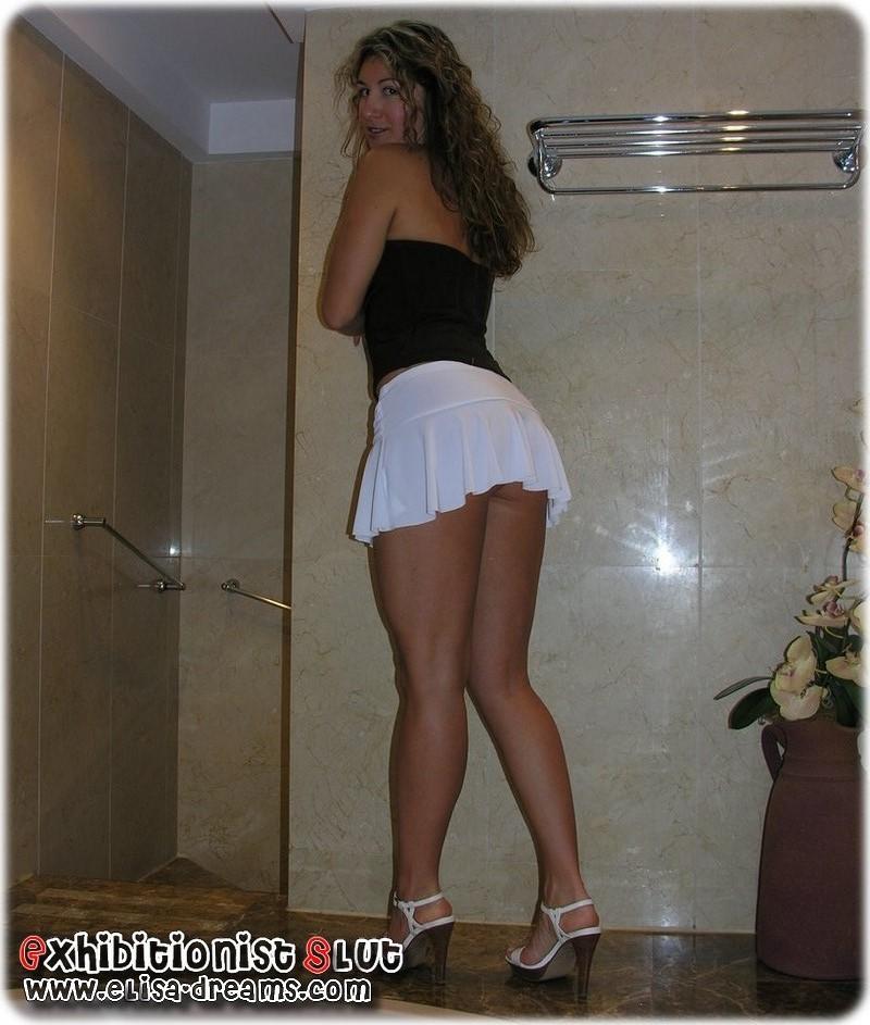 Sexy Elysa posant dans la salle de bain