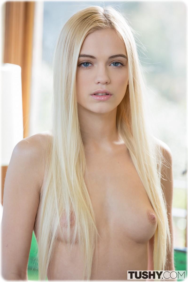 Magnifique blonde aux petits seins