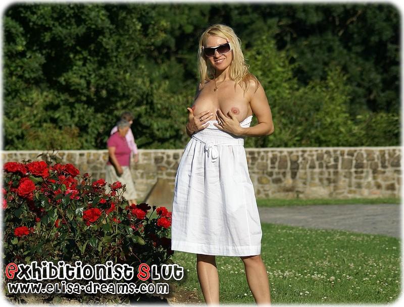 Exhibant ses seins en Public