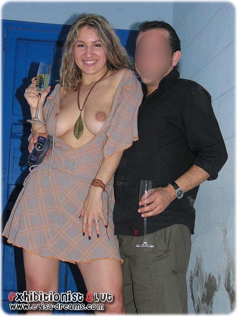 Posant les seins nus avec le fan