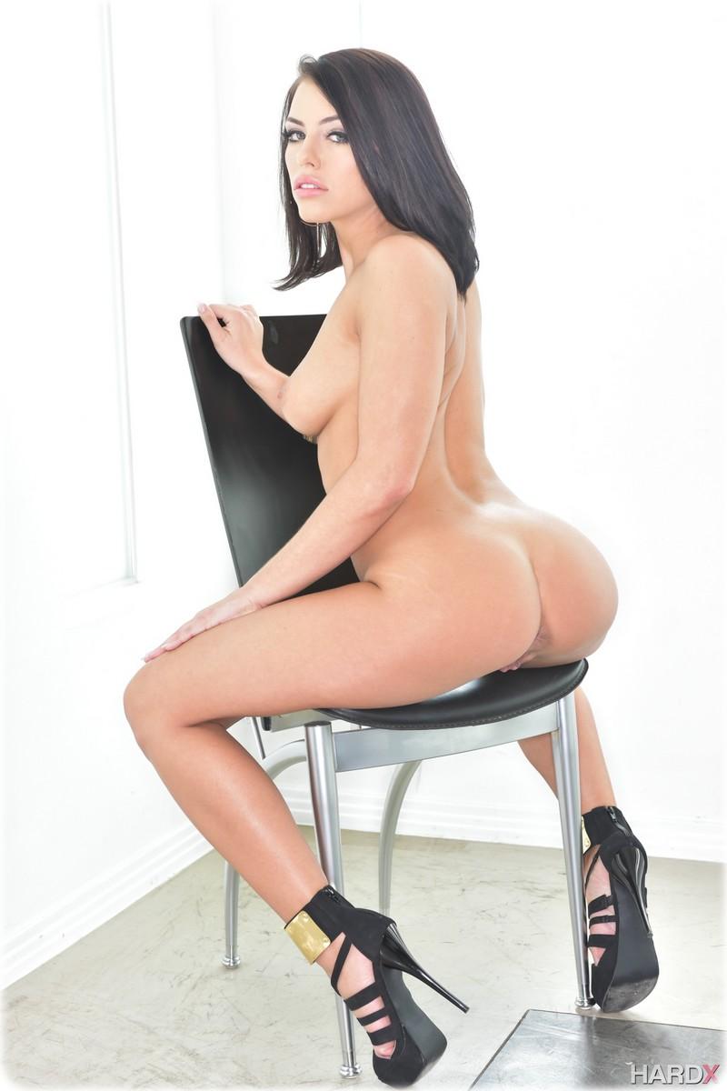 Sublime Adriana nue sur une chaise