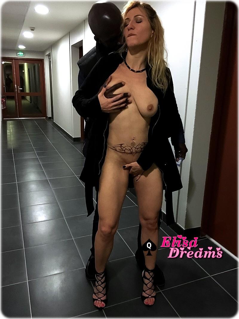 Ma femme nue avec son amant dans les couloirs