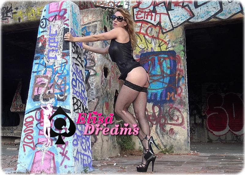 Sexy hotwife s'exhibant dans une maison abandonnée
