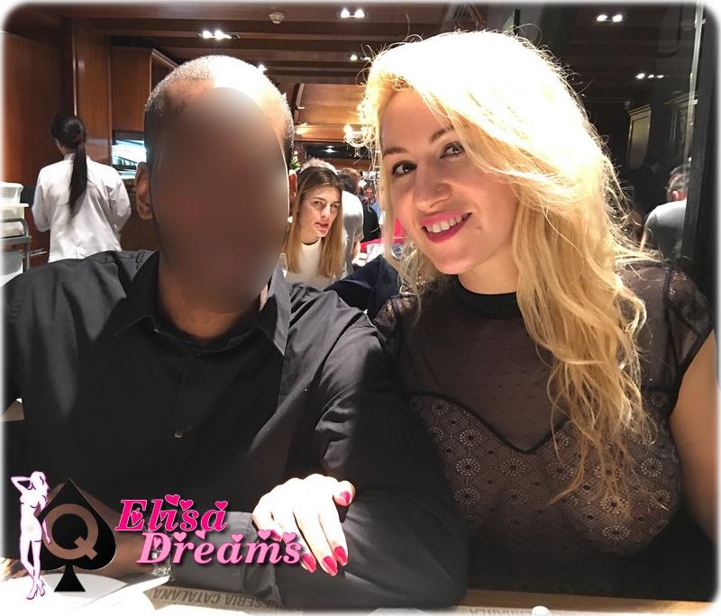 Hotwife exhibant ses seins au restaurant