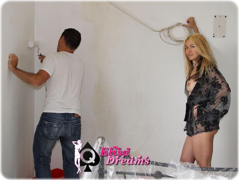 Elysa nue aidant le peintre
