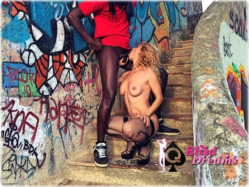 Ma femme suçant un amant Black dans une maison abandonnée