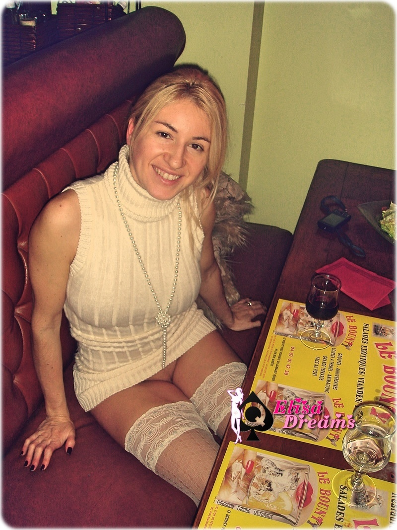 Hotwife sans culotte au restaurant