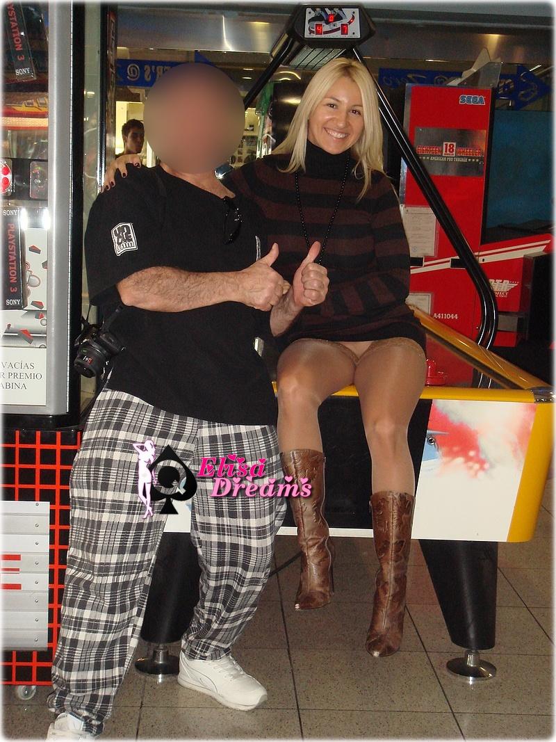 Ma femme sans culotte dans un centre commercial