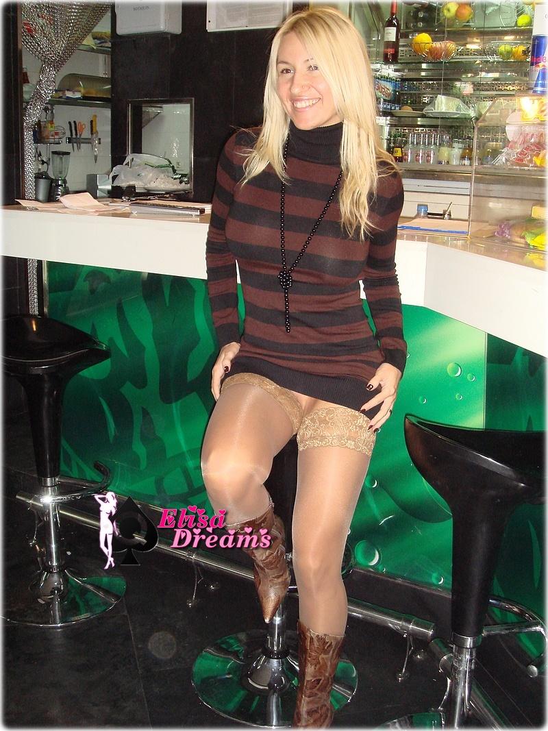Elysa s'exhibant dans un café
