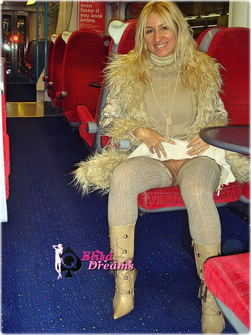 Sexy Hotwife exhibant son minou dans l'Eurostar