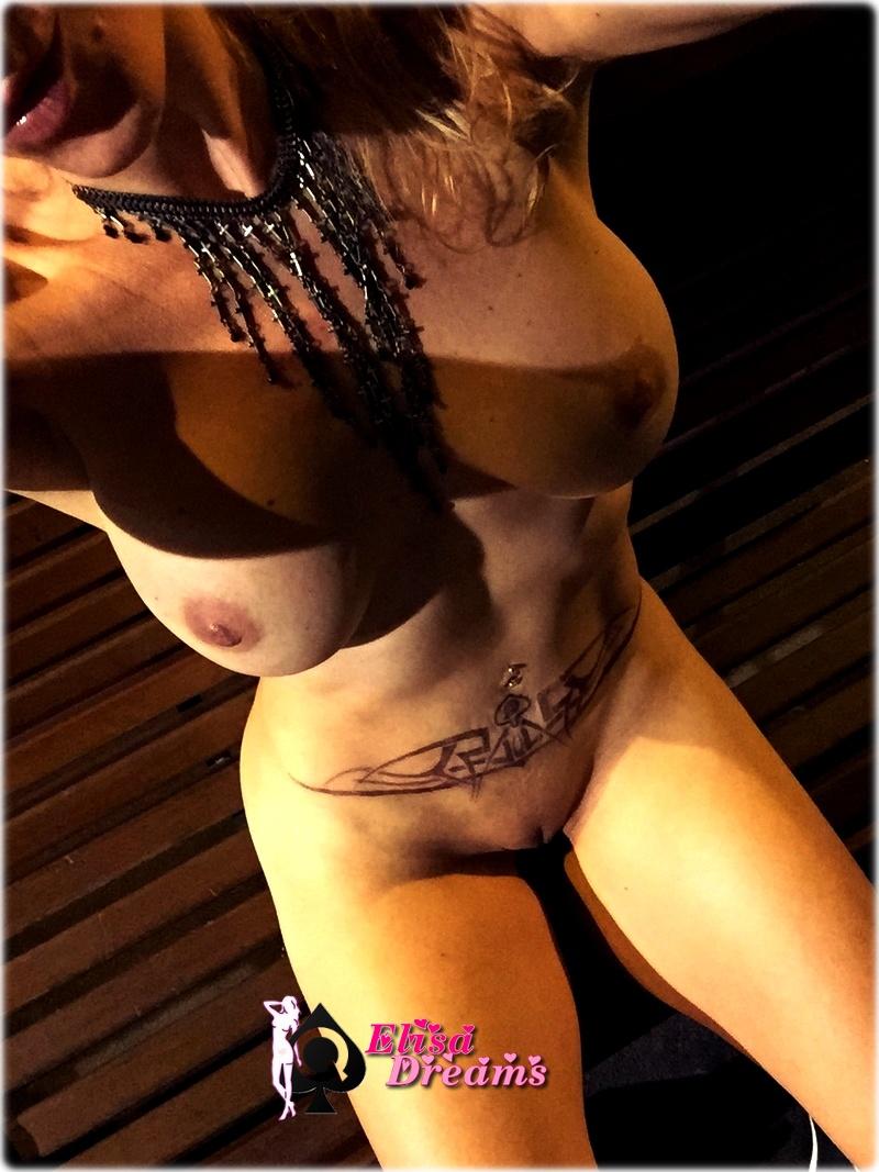 Ma femme s'exhibant nue sur un banc