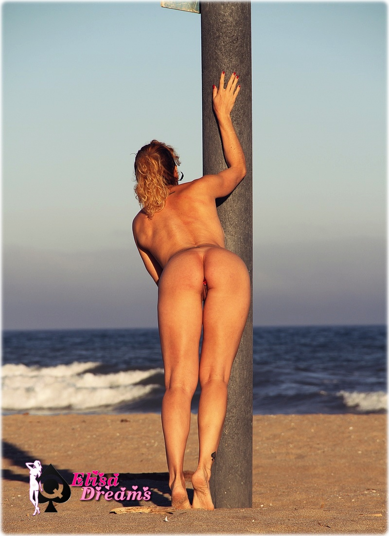 Magnifique Hotwife nue au coucher de soleil