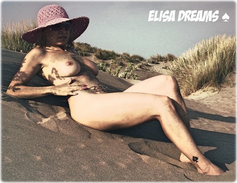 Allongée nue sur le sable devant un voyeur