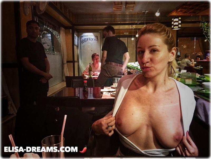 Exhibant ses seins dans un restaurant