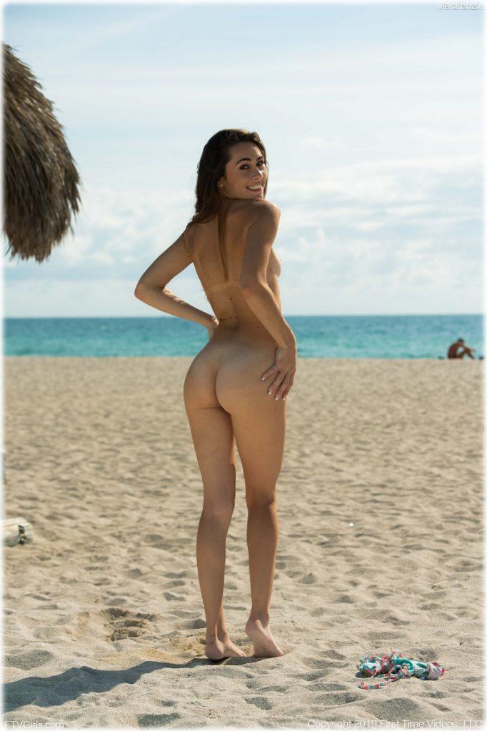 Nue sur la plage