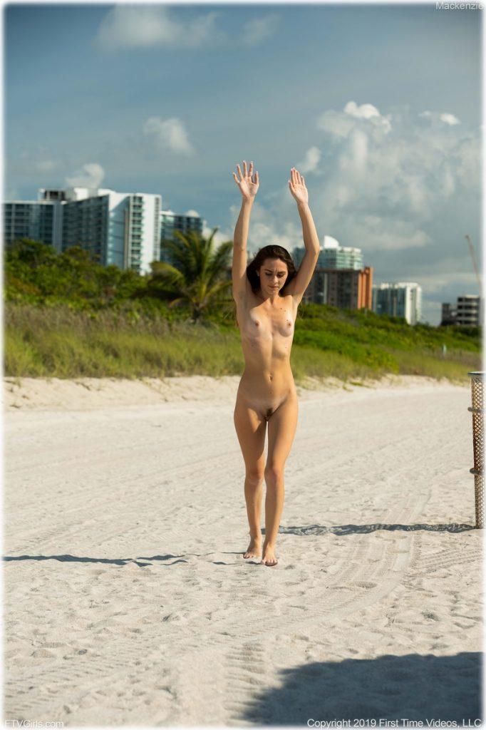Faisant la pirouette nue sur la plage