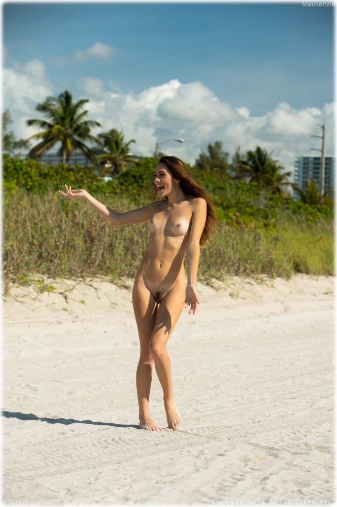 Nue et heureuse sur la plage