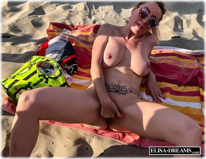 Hotwife se masturbant a la plage